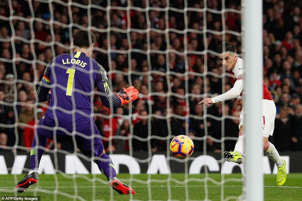 Arsenal ăn mừng ở derby bắc London và 5 điều rút ra từ tấm ảnh trong phòng thay đồ sân Emirates - Ảnh 5.