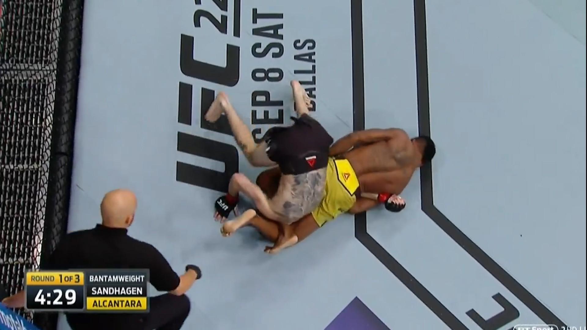 Cú thoát submission phong cách ngoài hành tinh tại UFC FN 135 - Ảnh 2.