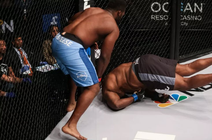 Kinh hoàng võ sĩ trẹo cổ sau khi bị Knockout trên sàn MMA - Ảnh 3.