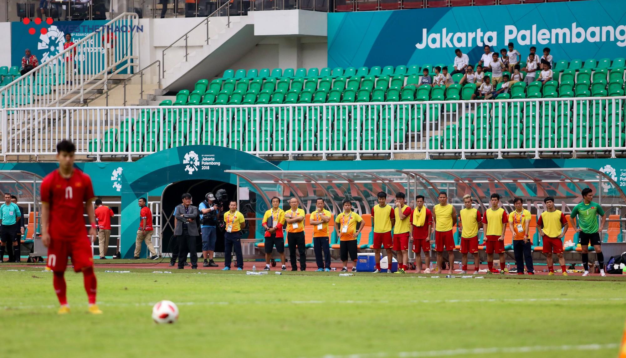 Văn Quyết tập tễnh, Văn Thanh phải nhờ đồng đội cõng sau chiều buồn tại Pakansari - Ảnh 1.