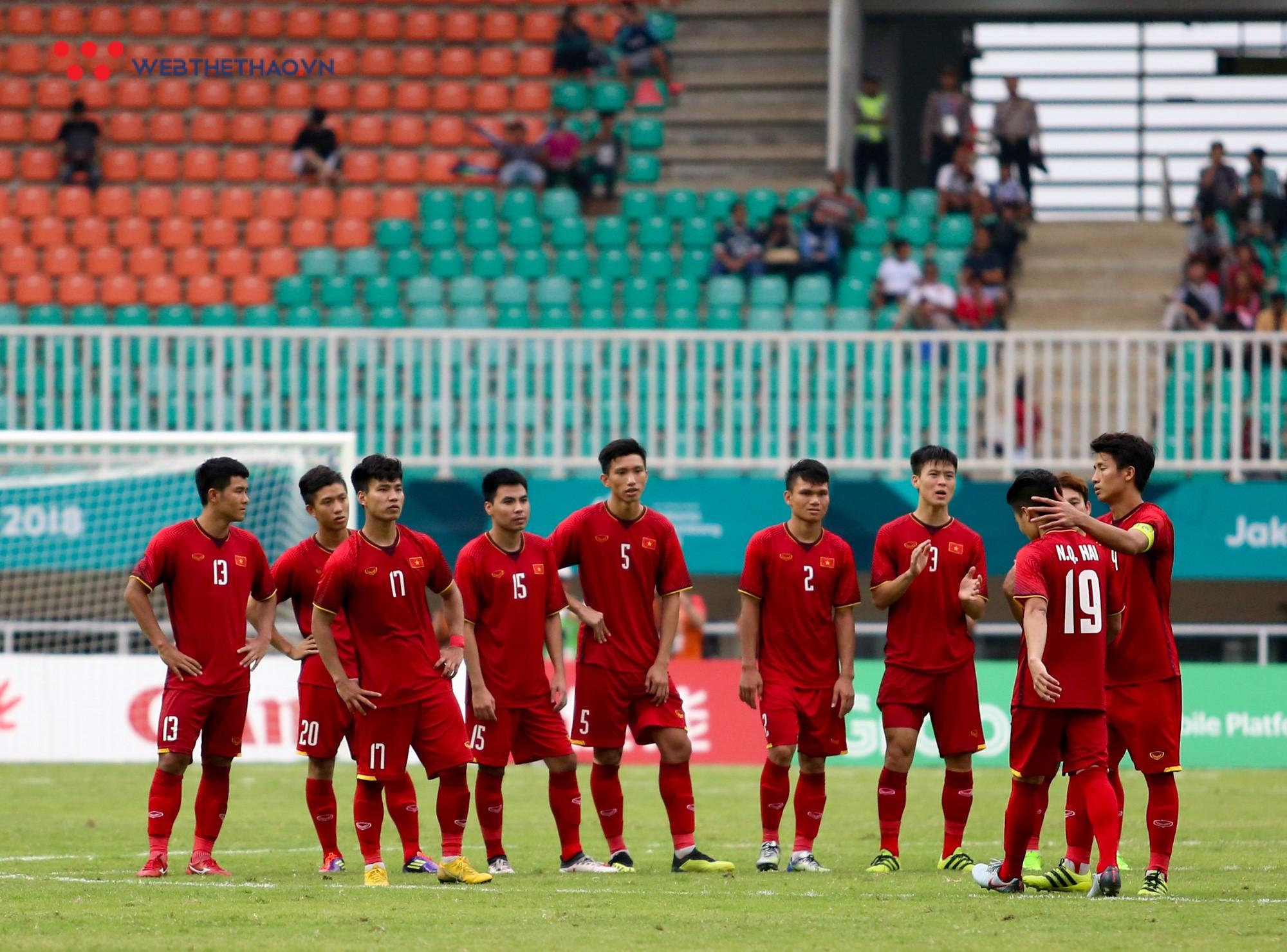 Văn Quyết tập tễnh, Văn Thanh phải nhờ đồng đội cõng sau chiều buồn tại Pakansari - Ảnh 2.