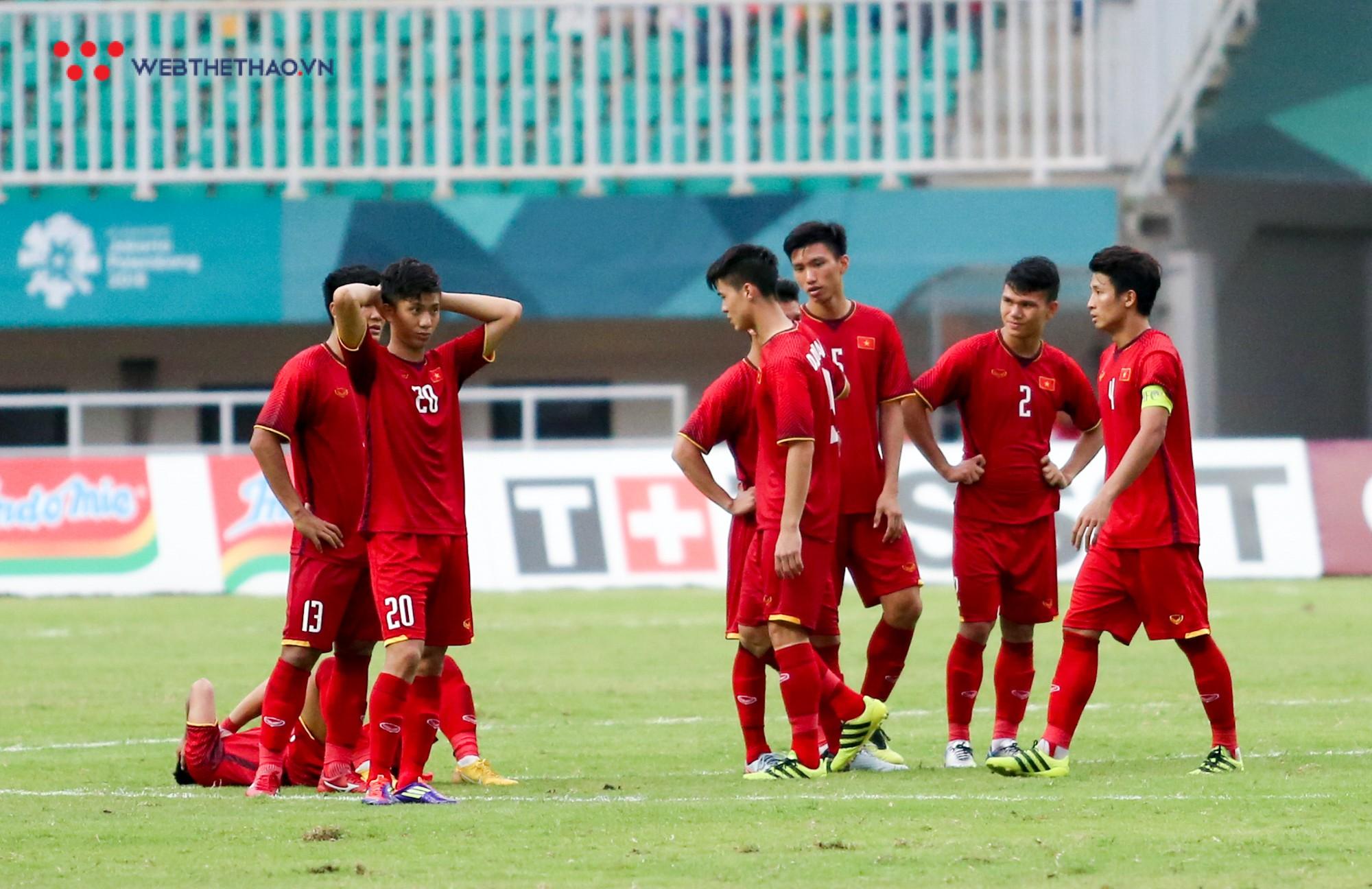 Văn Quyết tập tễnh, Văn Thanh phải nhờ đồng đội cõng sau chiều buồn tại Pakansari - Ảnh 8.