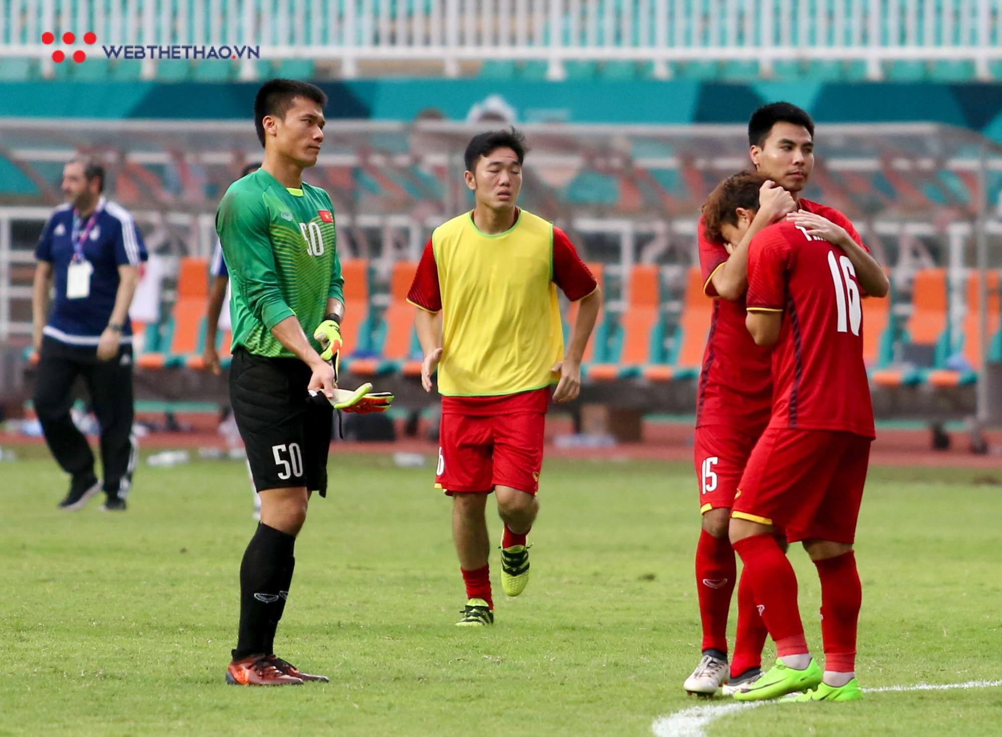 Văn Quyết tập tễnh, Văn Thanh phải nhờ đồng đội cõng sau chiều buồn tại Pakansari - Ảnh 9.