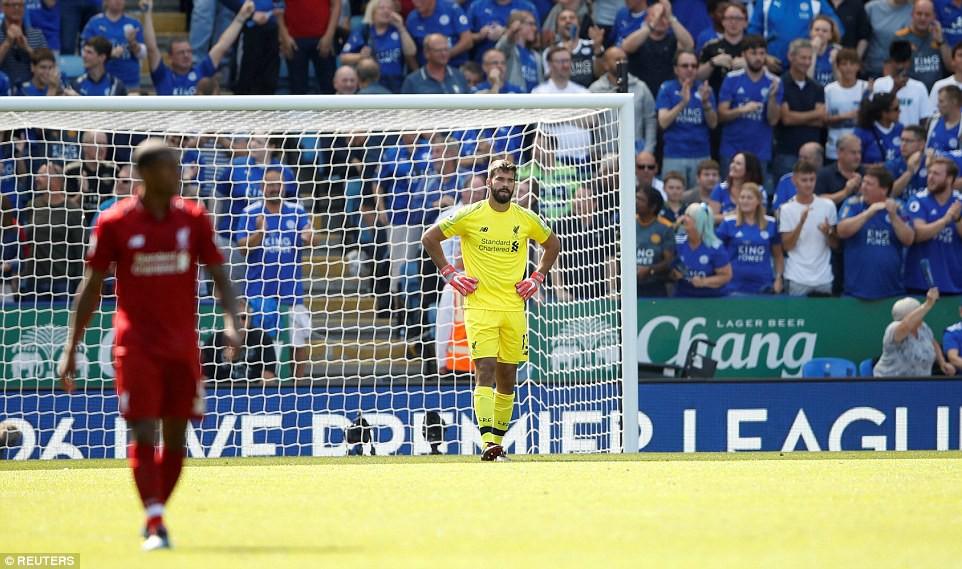 Phản ứng gay gắt của NHM Liverpool sau sai lầm khó tin của thủ môn Alisson - Ảnh 6.
