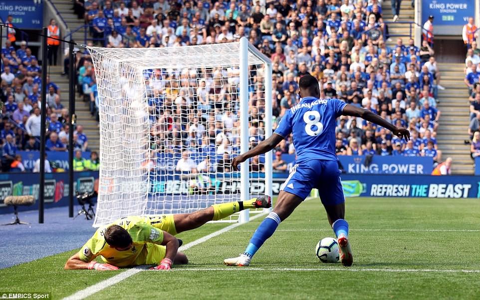 Phản ứng gay gắt của NHM Liverpool sau sai lầm khó tin của thủ môn Alisson - Ảnh 2.