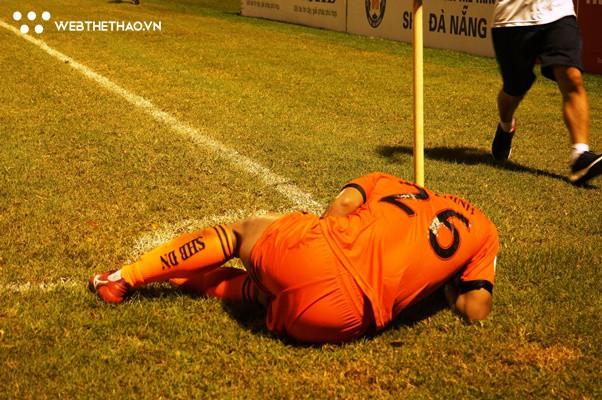 """Hà Đức Chinh gục ngã khi """"nuốt"""" trọn gần cả trận đấu vì quá tải  - Ảnh 2."""