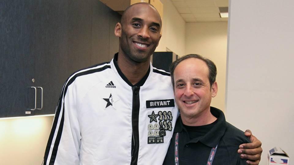 Nghe nhiếp ảnh gia huyền thoại của LA Lakers nói về khoảnh khắc bị Shaquille ONeal đè lên người  - Ảnh 1.