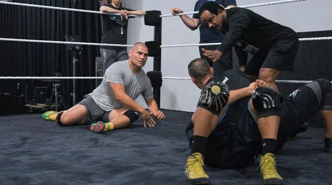 WWE vẫn muốn chiêu mộ cựu vương hạng Heavyweight UFC Cain Velasquez - Ảnh 8.