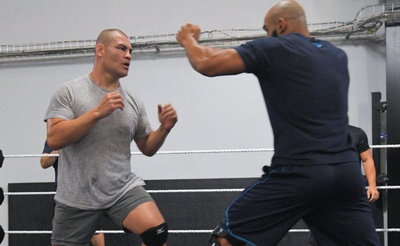 WWE vẫn muốn chiêu mộ cựu vương hạng Heavyweight UFC Cain Velasquez - Ảnh 5.