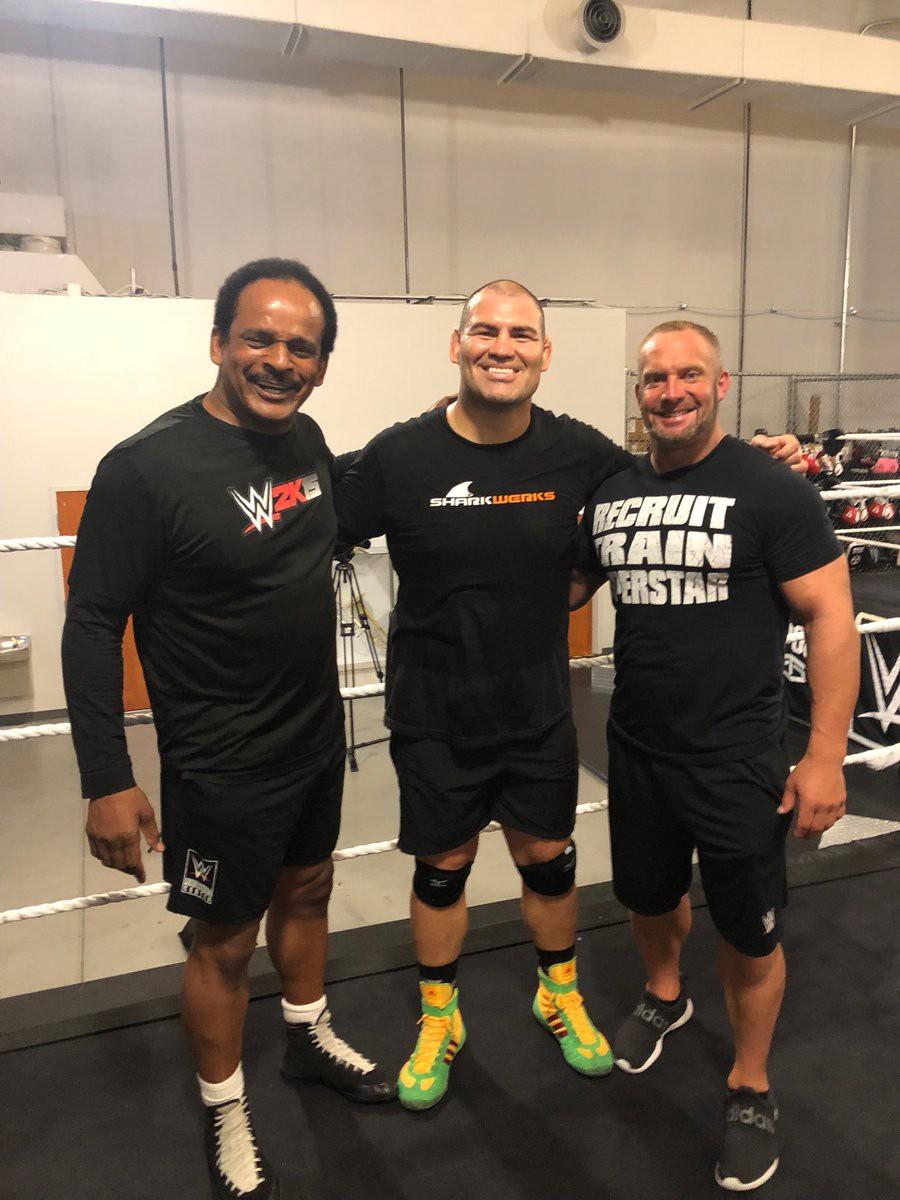 WWE vẫn muốn chiêu mộ cựu vương hạng Heavyweight UFC Cain Velasquez - Ảnh 1.