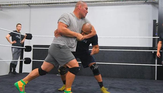 WWE vẫn muốn chiêu mộ cựu vương hạng Heavyweight UFC Cain Velasquez - Ảnh 3.