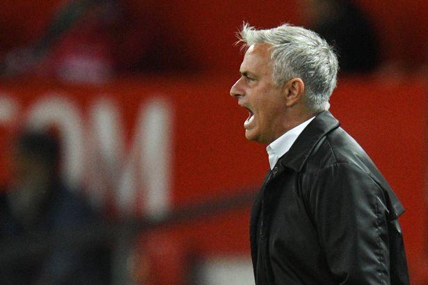 CĐV M.U đang ngả về phe nào trong cuộc nội chiến 2 mùa giữa Pogba và Mourinho? - Ảnh 4.