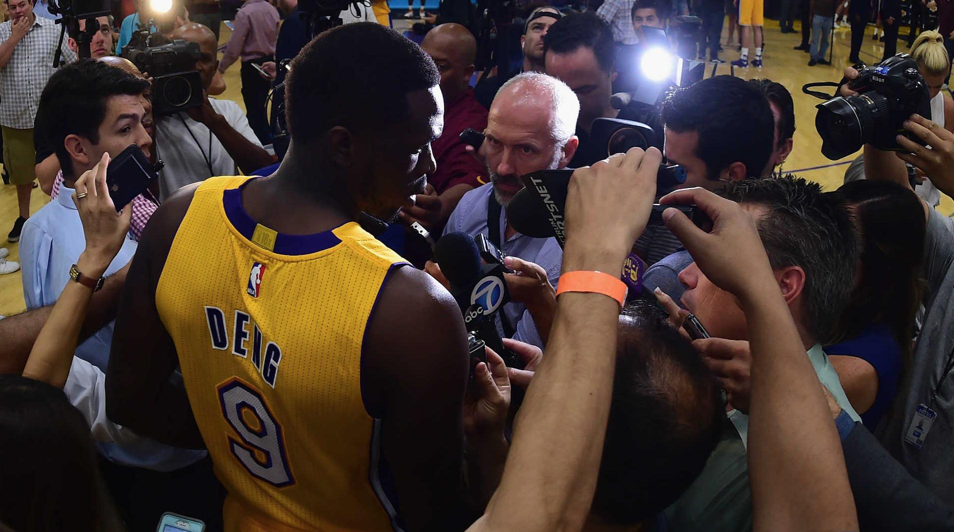 Đẩy đi thành công quả tạ triệu đô Luol Deng, người hâm mộ Los Angeles Lakers mừng hết lớn - Ảnh 5.