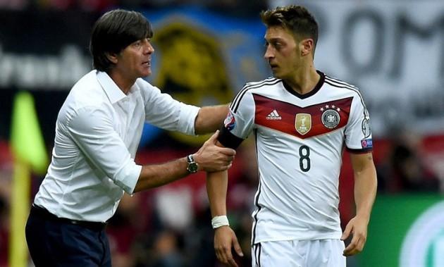 Joachim Loew bị cấm nói chuyện với Ozil khi tới sân tập Colney của Arsenal  - Ảnh 1.