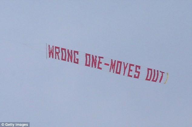 CĐV Man Utd tung biểu ngữ bất mãn trong ngày Quỷ đỏ thắng Burnley - Ảnh 5.