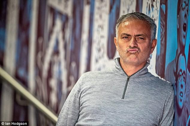 CĐV Man Utd tung biểu ngữ bất mãn trong ngày Quỷ đỏ thắng Burnley - Ảnh 3.