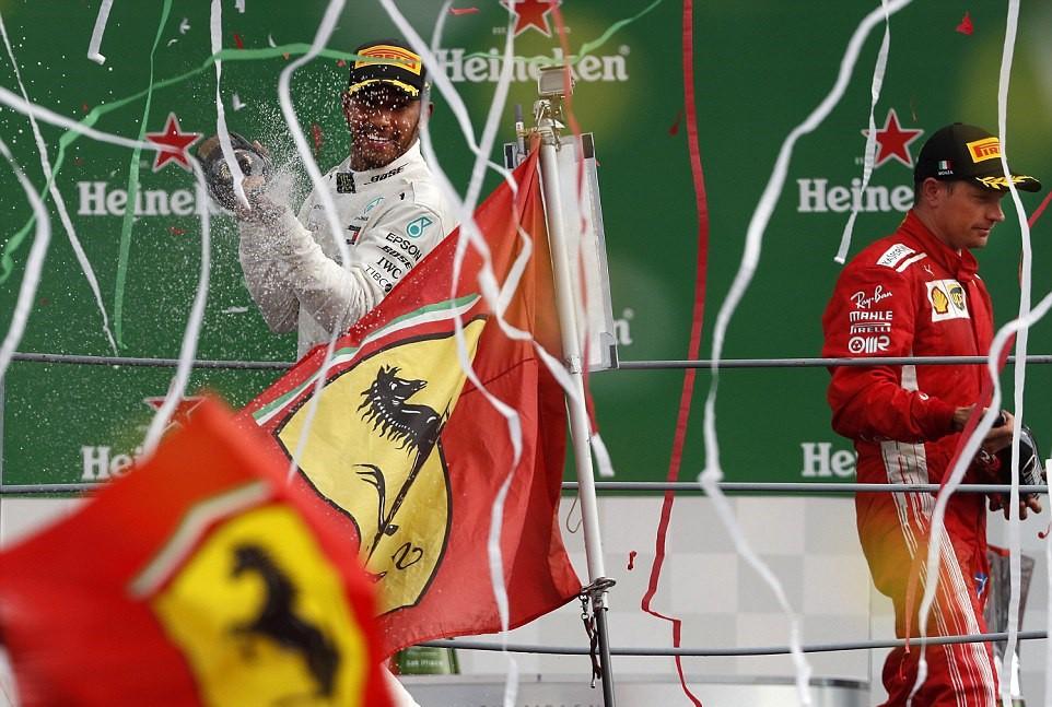 Italian GP 2018: Va chạm nảy lửa với Vettel, Hamilton vẫn lên ngôi đầy kịch tính - Ảnh 7.
