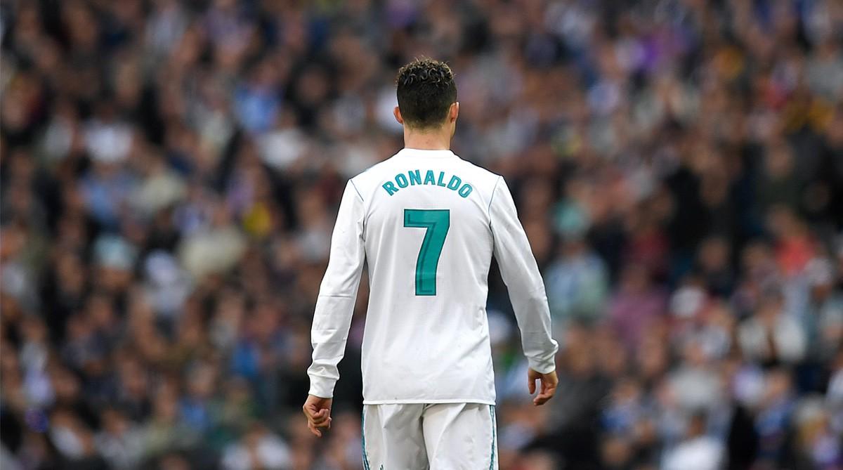 Sự thật việc chiếc áo số 7 Ronaldo để lại bị chê ỏng eo trước khi Real trao cho Mariano - Ảnh 1.