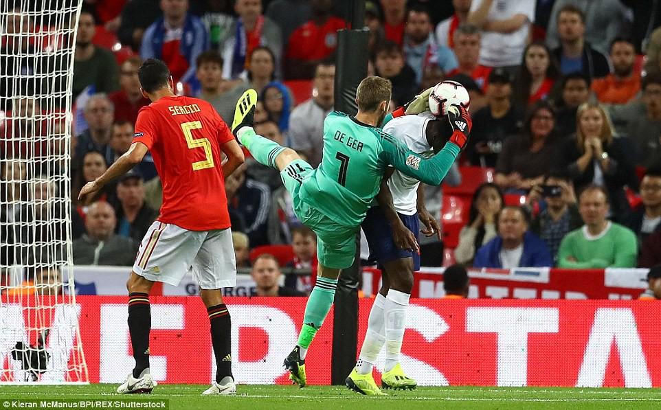 Tranh cãi nổ ra ở trận Anh - Tây Ban Nha vì bàn thắng ma của Welbeck - Ảnh 1.