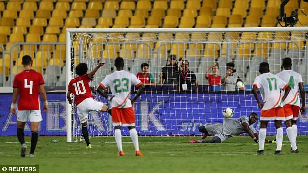 Liverpool có choáng khi Salah lập cú đúp bàn thắng, kiến tạo và... sút hỏng 11m? - Ảnh 4.