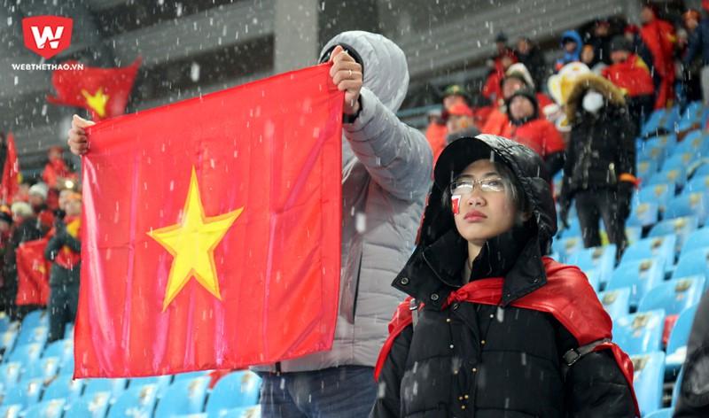 Nhưng khi thực tế không thể thay đổi họ chỉ còn biết lặng lẽ chấp nhận và giương cao lá cờ Việt Nam. Hình ảnh: Trung Thu.