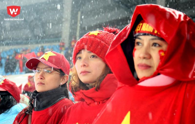 Những gương mặt thất thần nhìn vào trời mưa tuyết, có những người ướt nhẹp từ đầu đến chân. Hình ảnh: Trung Thu.