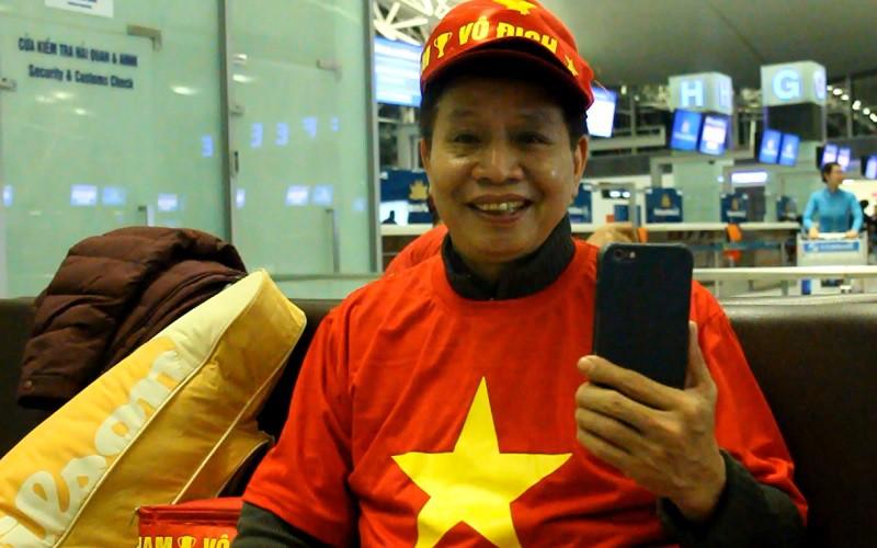 CĐV Nguyễn Hồng Nguyên là đồng hương của thủ môn Bùi Tiến Dũng. Hình ảnh: Trung Thu.