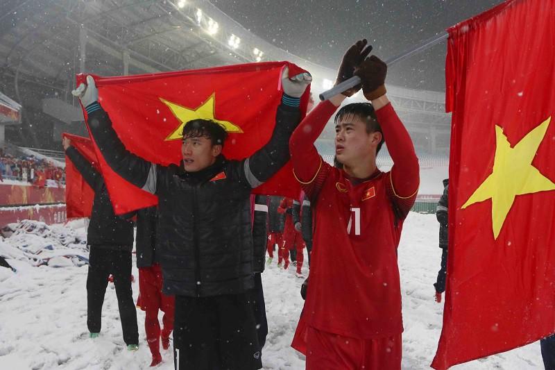 Bùi Tiến Dũng và các đồng đội tiếp tục trình diễn lối chơi chặt chẽ và tinh thần cao trước U23 Uzbekistan, chỉ tiếc, họ không thể chiến thắng. Hình ảnh: Anh Khoa.