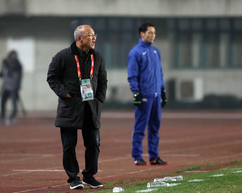 HLV Park Hang Seo chỉ đạo học trò trên sân