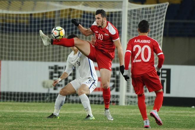 Thể hình vượt trội cũng không giúp gì được cho U23 Syria (đỏ)