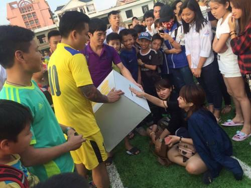 Tuấn Hưng vào TP.HCM đá bóng từ thiện