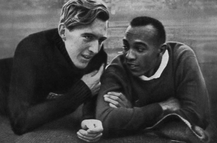Jesse Owens (phải) và Luz Long