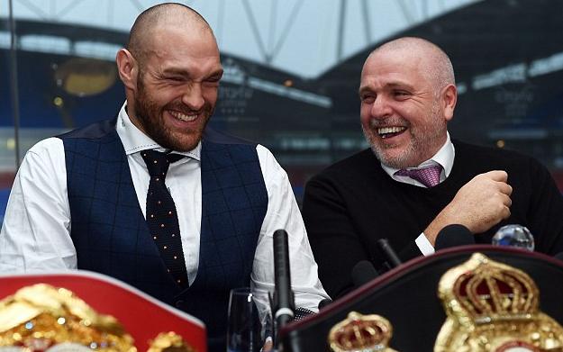 Tyson Fury (trái) thoải mái nhận lời thách đấu của W.Klitschko