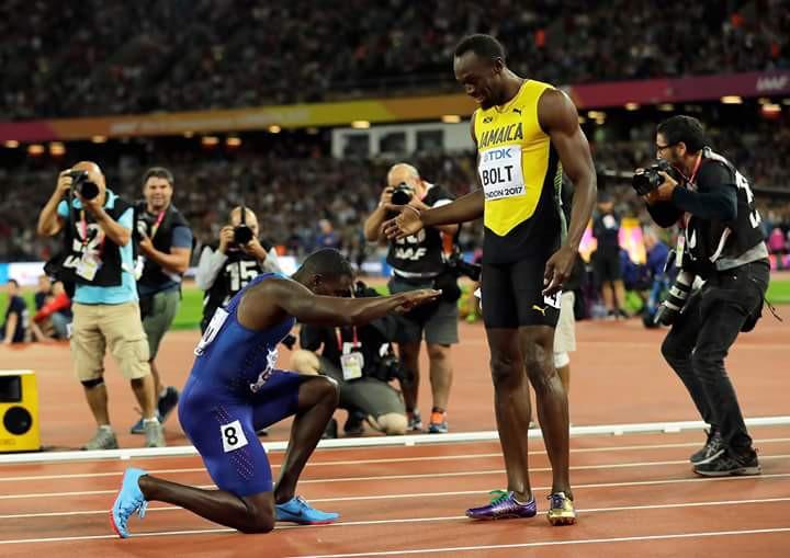 Gatlin cúi người tri ân Bolt sau khi đánh bại chính đối thủ