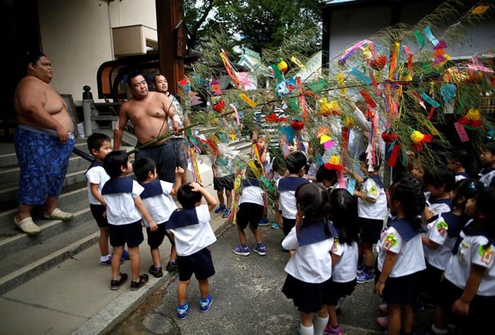 Các đô vật cùng tham gia lễ hội với các em học sinh mẫu giáo