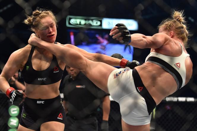 Ronda Rousey (trái) đã phải nhập viện ngay sau khi trận đấu kêt thúc