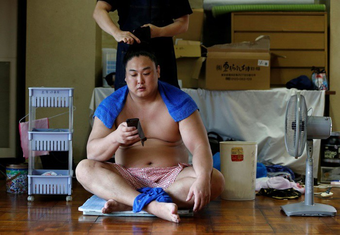 Đô vật Kyokushuho chăm sóc tóc và ''lướt face'' sau một buổi tập