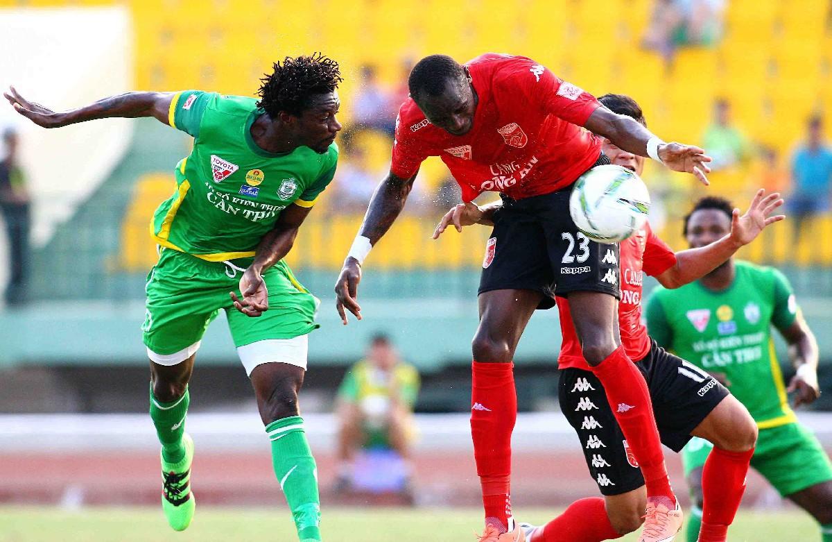 Chân sút Patiyo (áo xanh) sẽ có dịp tái ngộ đội bóng cũ QNK.Quảng Nam