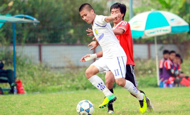 Nguyễn Quang Hải (áo trắng) được mệnh danh là 'ông vua của các giải trẻ'
