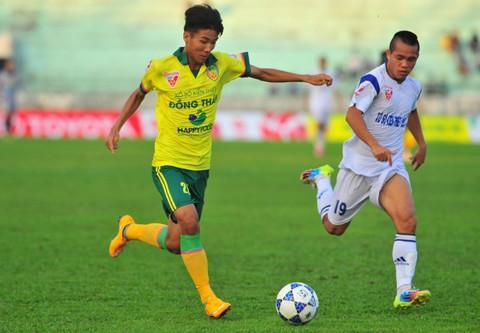 Nguyễn Công Thành (áo vàng) có bàn thắng đầu tiên ở V-League khi mới chỉ 17 tuổi 246 ngày