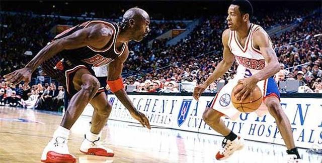 Iverson đối đầu với Jordan trong năm đầu tân binh. Một hình ảnh quen thuộc và rất ấn tượng.