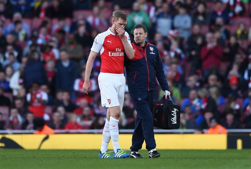 Per Mertesacker (Arsenal) phải nghỉ 2 vòng cuối Premier League.