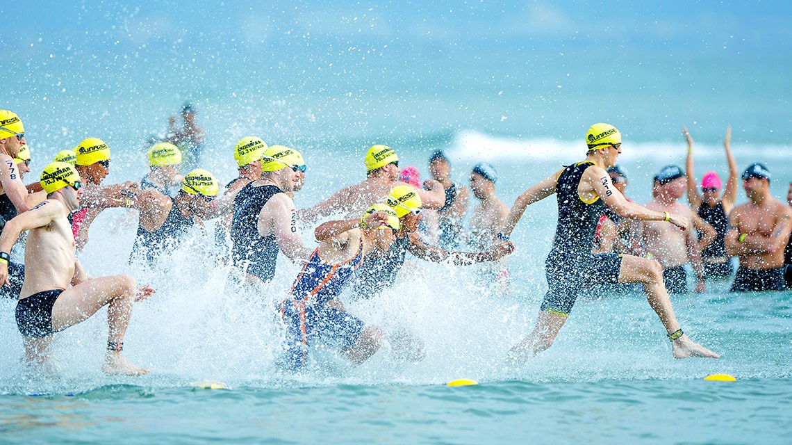 Xuất phát bơi ở IRONMAN 70.3 Vietnam 2015 (Ảnh: ironman.com)