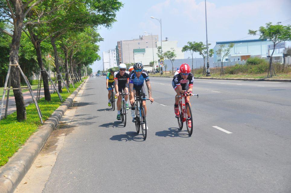 Các sao (Tim Van Berkel - áo xanh) chạy xe đạp thử dọc bờ biển Đà Nẵng