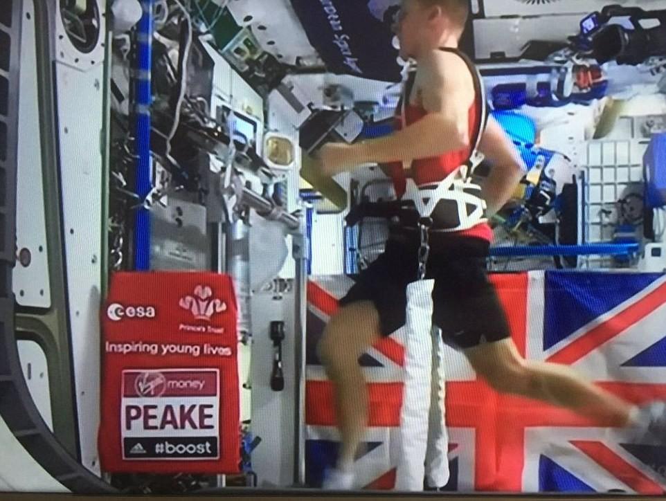 Tim Peake, phi hành gia người Anh chạy marathon trên máy treadmill trong trạm vũ trụ ngoài không gian