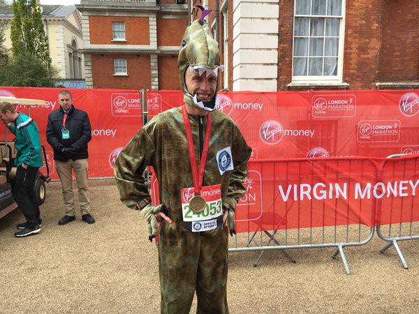 Ben Evans được công nhận kỉ lục thế giới chạy bộ trong trang phục khủng long với thành tích 3 giờ 8 phút 7 giây