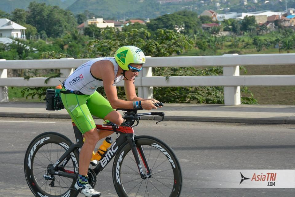 Dimity-Lee Duke trên đường đua giải IRONMAN 70.3 Philippines
