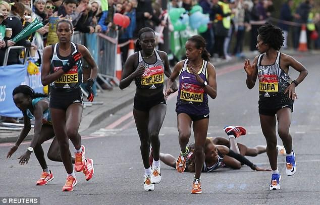 Tufa (đương kim vô địch) ngoái nhìn Sumgong vấp ngã khi cách đích 5 km
