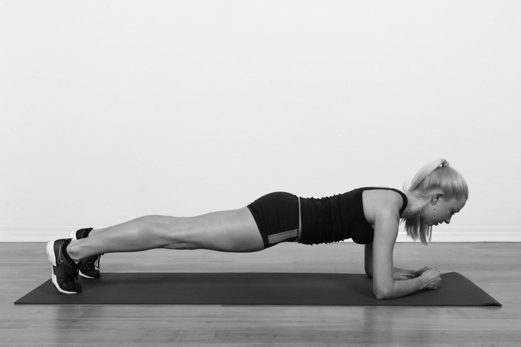 Tư thế plank chuẩn: vai-lưng-chân tạo thành một đường thẳng