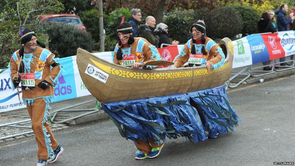 London Marathon là một ngày hội thực sự của runner, rất nhiều VĐV hóa trang lạ mắt mà chạy vẫn rất tốt
